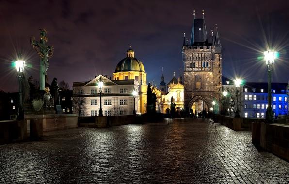 Картинка свет, ночь, город, люди, камень, вечер, Прага, Чехия, фонари, скульптуры, Prague, Czech, Praha, Карлов мост