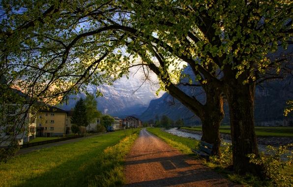 Картинка дорога, деревья, горы, скамейка, город, дома, весна, вечер, Швейцария, Альпы, лавочка, Switzerland, Alps