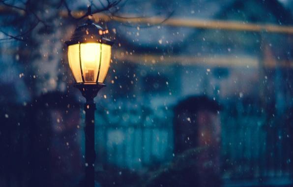 Картинка зима, свет, снег, деревья, ночь, забор, дома, освещение, фонарь
