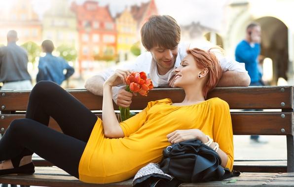 Картинка девушка, цветы, скамейка, город, люди, позитив, платье, пара, тюльпаны, рыжая, парень, улыбки