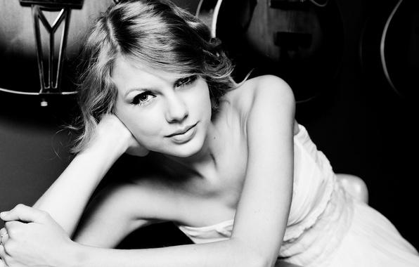 Картинка взгляд, улыбка, черно-белая, чёрно-белая, певица, Taylor Swift, black and white, Свифт Тейлор, Taylor Alison Swift
