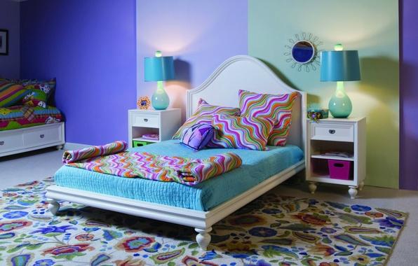 Картинка яркий, фон, комната, обои, узор, ковер, лампа, кровать, интерьер, подушки, рамка, зеркало, квартира, цветной, wallpapers, …