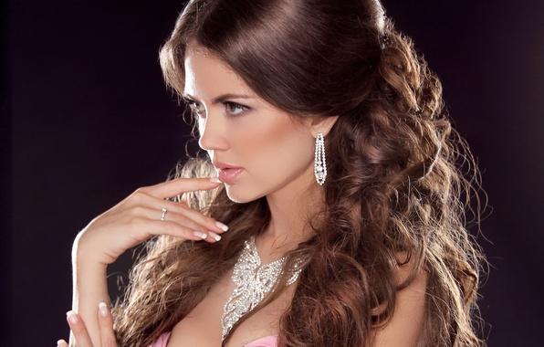 Картинка девушка, лицо, фон, волосы, рука, серьги, ожерелье, макияж, платье, кольцо, профиль, украшение
