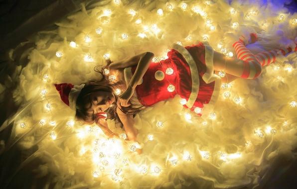 Картинка девушка, свет, огни, праздник, лежит, азиатка, гирлянды
