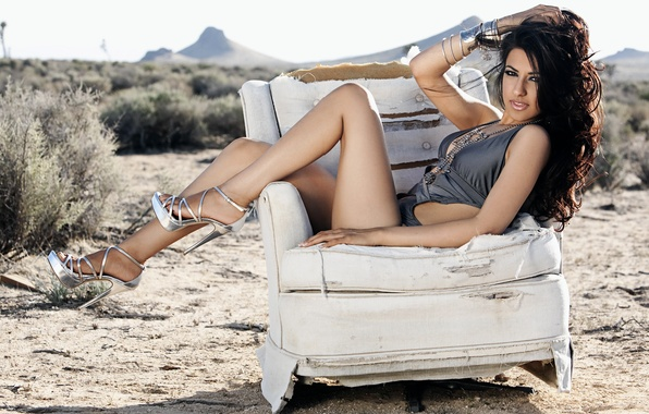 Картинка песок, купальник, взгляд, девушка, ноги, пустыня, модель, волосы, кресло, брюнетка, туфли, каблуки, шпильки, Руви Базаз, …