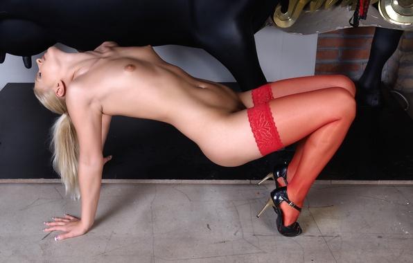 парень придерживал голая сучка на каблуках видео актрисы особенно
