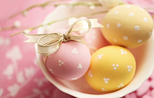 Картинка праздник, яйца, желтые, тарелка, Пасха, лента, розовые, бант, Easter, пасхальные
