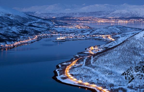 Картинка зима, дорога, лес, снег, горы, город, lights, огни, Норвегия, City, forest, winter, mountains, snow, Norway, …