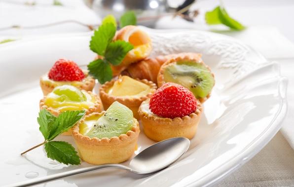 Картинка листья, еда, киви, клубника, тарелка, зеленые, ложка, фрукты, листочки, пирожные, сладкое