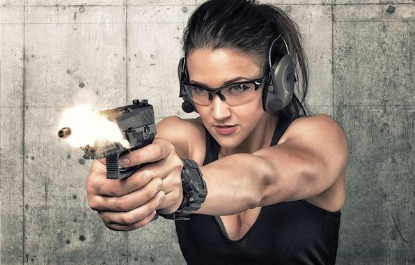Картинка лицо, пистолет, оружие, фон, выстрел, пуля, наушники, очки