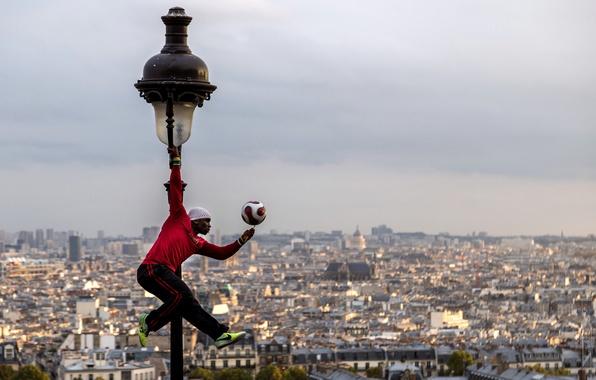 Картинка Франция, Париж, мяч, панорама, фонарь, Paris, футболист, France, Montmartre, Монмартр, Ия Траоре, Iya Traore, фристайлер