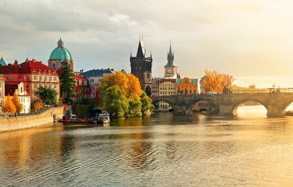 Картинка осень, вода, природа, город, река, здания, дома, лодки, Прага, Чехия, Prague, Czech, Влтава, Республика, Praha, …