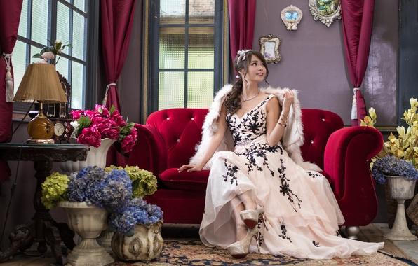 Картинка девушка, цветы, лицо, стиль, комната, диван, платье