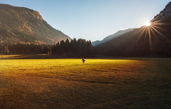 Картинка поле, небо, девушка, солнце, горы, спина