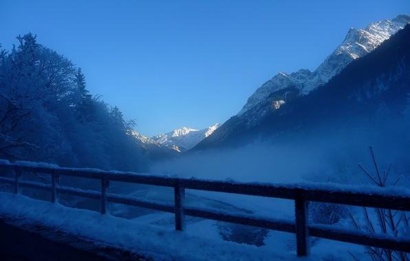 Картинка иней, снег, деревья, горы, туман, забор, Зима, перила, дымка