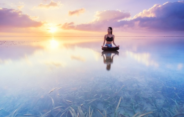 Картинка вода, девушка, водоросли, отражение, восход, океан, рассвет, Бали, Индонезия, йога, асана, поза лотоса, Индийский океан, …