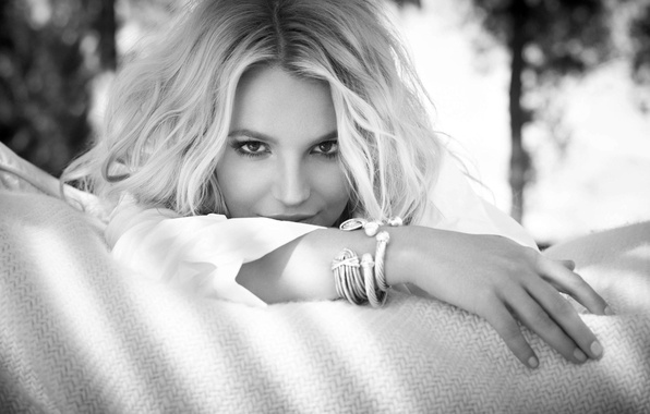 Картинка взгляд, девушка, лицо, руки, блондинка, черно-белое, певица, Britney Spears, браслеты, Бритни Спирс