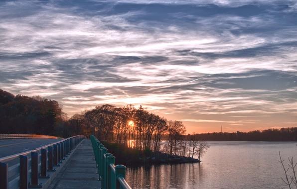 Картинка дорога, лес, небо, солнце, облака, деревья, закат, река, берег, трасса, Вечер, мостик