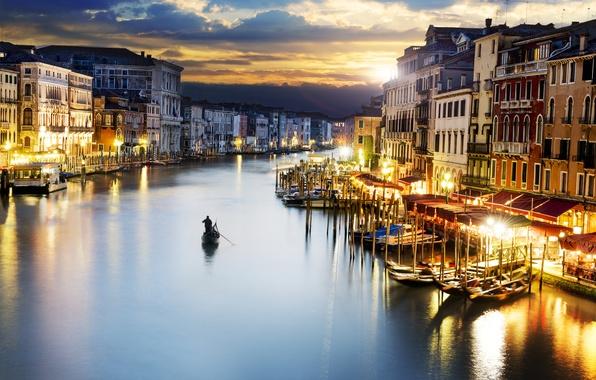 Картинка море, небо, закат, тучи, город, люди, здания, дома, вечер, освещение, фонари, Италия, Венеция, Italy, гондолы, …