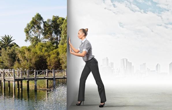 Картинка зелень, девушка, мост, природа, город, река, креатив, блондинка, туфли, выбор, причёска, брюки