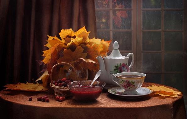 Картинка листья, ягоды, стол, чайник, окно, чаепитие, чашка, посуда, натюрморт, штора, корзинка, варенье