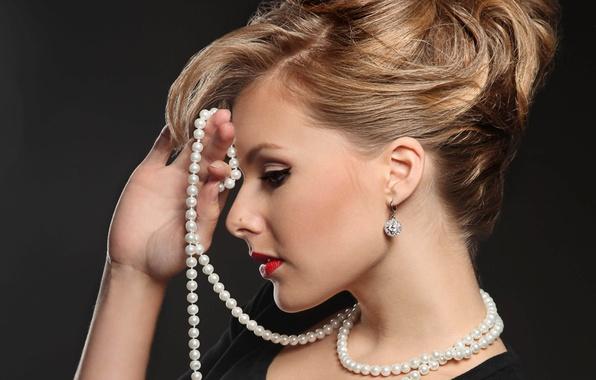 Картинка девушка, лицо, рука, макияж, прическа, блондинка, жемчуг, профиль, украшение, черное платье, красные губы