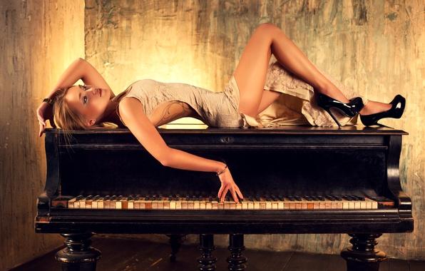 Картинка девушка, поза, фигура, платье, клавиши, прическа, туфли, лежит, ножки, пианино