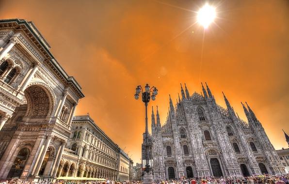 Картинка небо, солнце, облака, люди, площадь, Италия, фонарь, собор, арка, Милан, Дуомо
