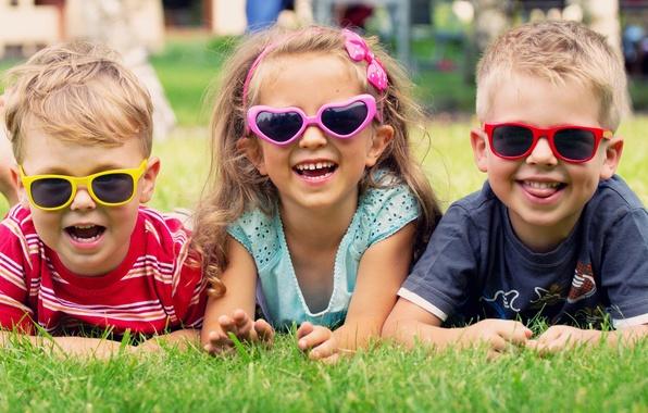 Картинка радость, дети, очки, девочка, лужайка, мальчики