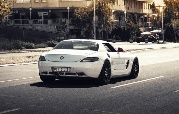 Картинка дорога, машина, белый, деревья, город, зад, дома, красные, Mercedes, white, зеркала, мерседес, мерин, мерс, AMG, …