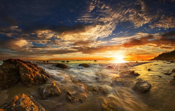 Картинка море, небо, солнце, лучи, закат, камни, рассвет, побережье, горизонт, прибой