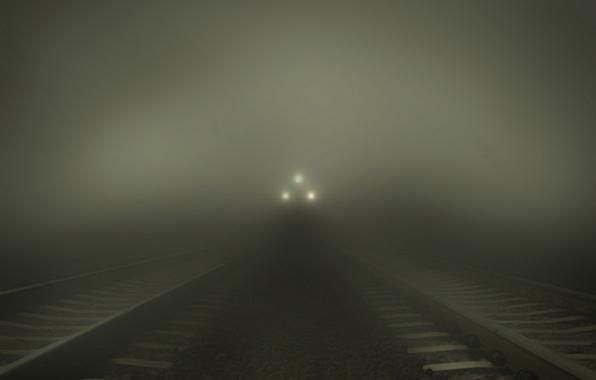 Картинка свет, ночь, lights, огни, туман, темнота, камни, ситуации, фары, рельсы, поезд, вечер, железная дорога, дымка, …
