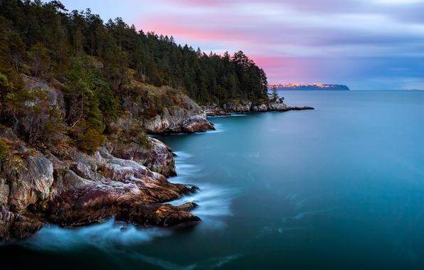 Картинка лес, небо, деревья, тучи, город, огни, пролив, океан, скалы, берег, остров, вечер, Канада, вдали, провинция, …
