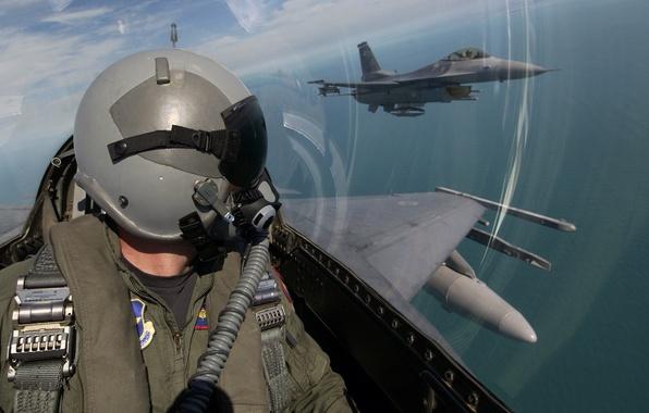 Картинка небо, облака, авиация, обои, шлем, кабина, пилот, самолёт, лётчик, военный
