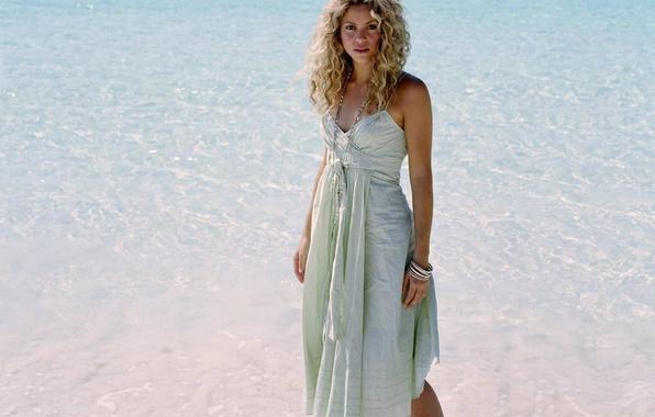 Картинка море, пляж, вода, девушка, музыка, волосы, платье, блондинка, бусы, певица, кудри, браслеты, шакира, shakira, летнее, …