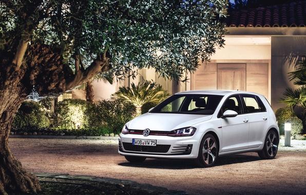 Картинка Вечер, Авто, Белый, Volkswagen, Дом, Машина, Здание, Фары, Автомобиль, Golf, GTI