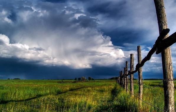Картинка поле, небо, забор