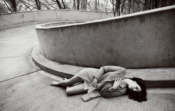 Картинка босиком, брюнетка, фотограф, лежит, черно-белое, певица, пальто, Lana Del Rey, Лана Дель Рей, Billboard, на …