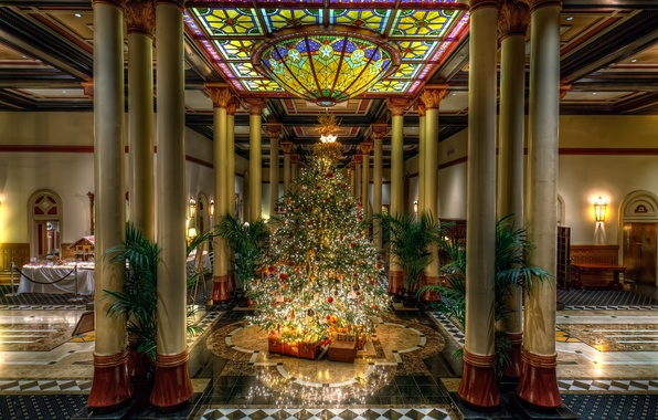 Картинка стекло, пальмы, елка, Рождество, потолок, витраж, подарки, Новый год, колонны, ёлка, мрамор, зал, дворец, цветное
