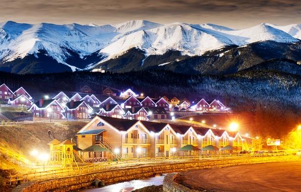 Картинка зима, лес, облака, горы, ночь, огни, деревня, домики, winter, заснеженные, countryside, highlands