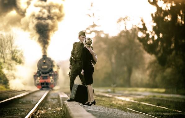Картинка девушка, рельсы, поезд, пилотка, военный, Прощание, гимнастёрка, есть такая профессия, Родину защищать