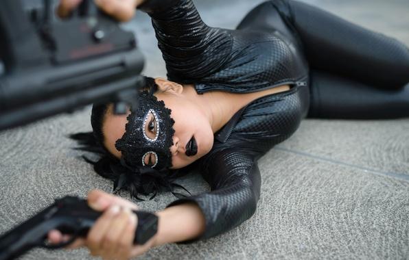 Картинка девушка, лицо, поза, оружие, маска, лежит