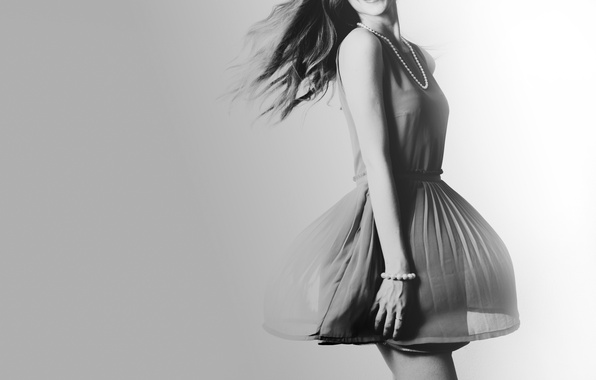 Картинка браслет, черно-белое, бусы, платье, девушка