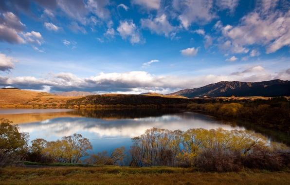 Картинка осень, небо, трава, облака, горы, озеро, день, кусты