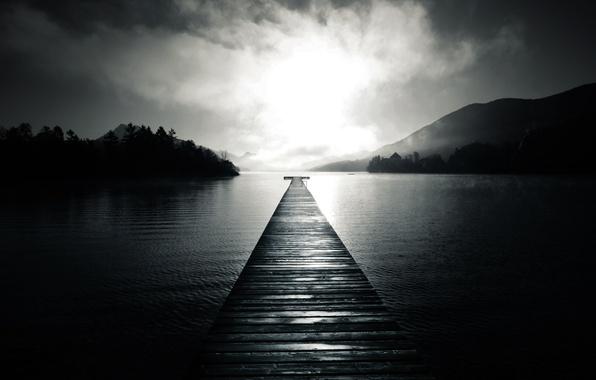 Картинка вода, деревья, туман, озеро, холмы, доски, пристань, причал, пирс, черно-белое