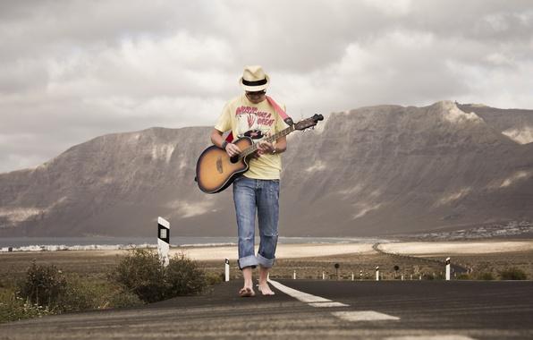 Фото обои дорога, гитара, музыка, парень