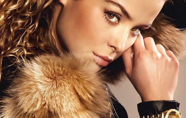 Картинка глаза, взгляд, девушка, волосы, часы, рука, макияж, куртка, мех, кудри