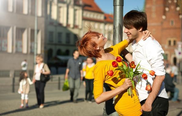 Картинка девушка, цветы, город, люди, букет, позитив, столб, платье, пара, тюльпаны, рыжая, парень, улыбки