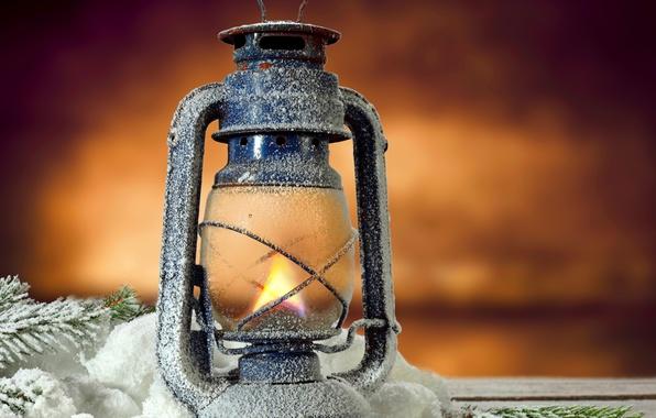 Картинка пламя, лампа, фонарь, light, flame, vintage, snow, lamp, lantern, pine tree, twig, светлина, клонка, реколта, …