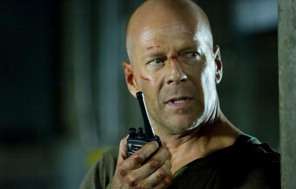 Картинка мужик, лысый, мужчина, Брюс Уиллис, Bruce Willis, актёр, музыкант, продюсер, шрамы, рация.Крепкий орешек, Die Hard